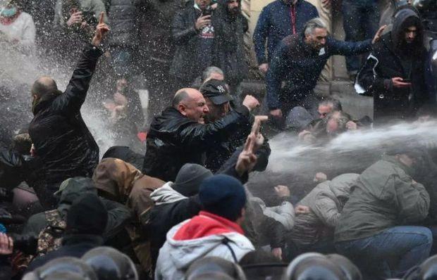 Tbilisidə nümayiş su şırnağı maşınları ilə dağıdıldı – VİDEO