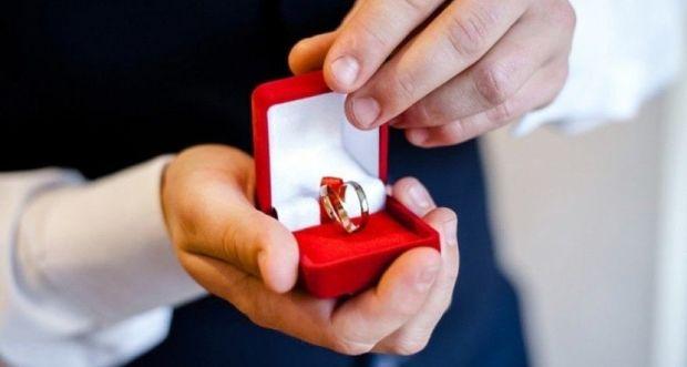 Sevgilisinin evlənmə təklifi qızı qorxutdu - VİDEO