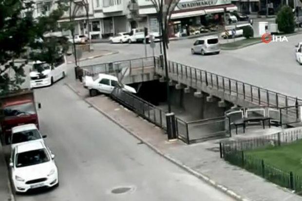 Minik avtomobili su kanalına düşdü, sürücü və onu xilas edən şəxs xəsarət aldı – ANBBAN VİDEO